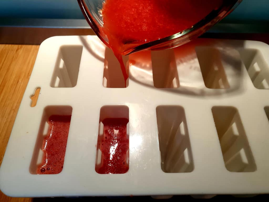 filling popsicle moulds