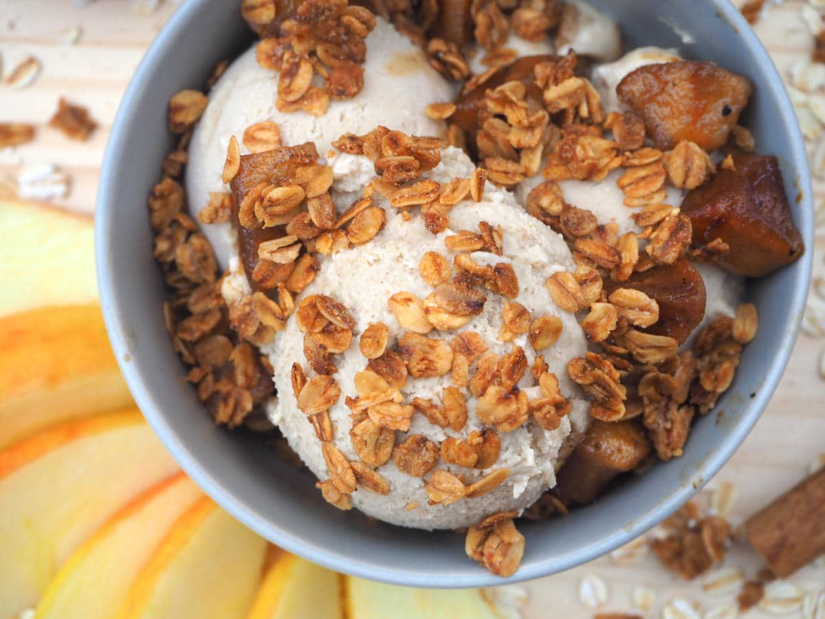 Cinnamon apple oat ice cream with apples slices
