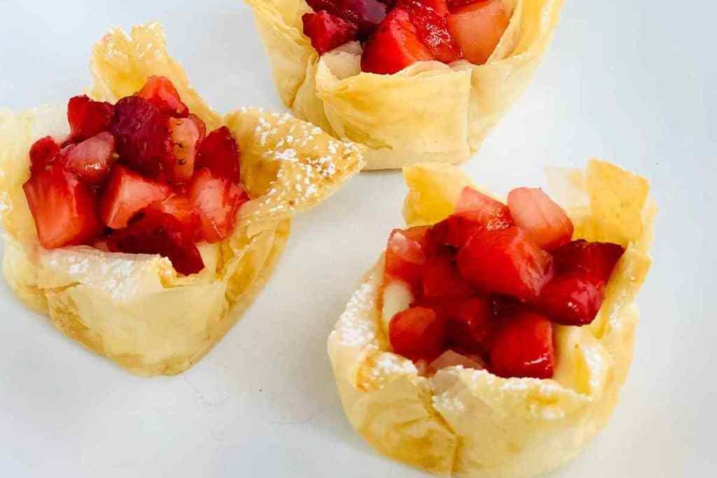Mini strawberrry cheesecake cups